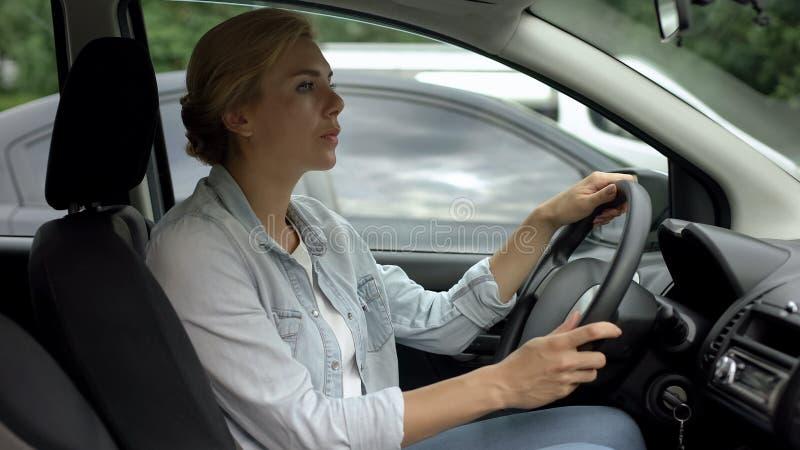 Kvinnaridning i bilen, unbelted chaufför som är rädd av polisen, trafikreglemente fotografering för bildbyråer
