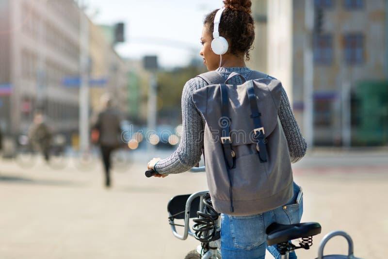 Kvinnaridningcykel på stadsgatan royaltyfri bild