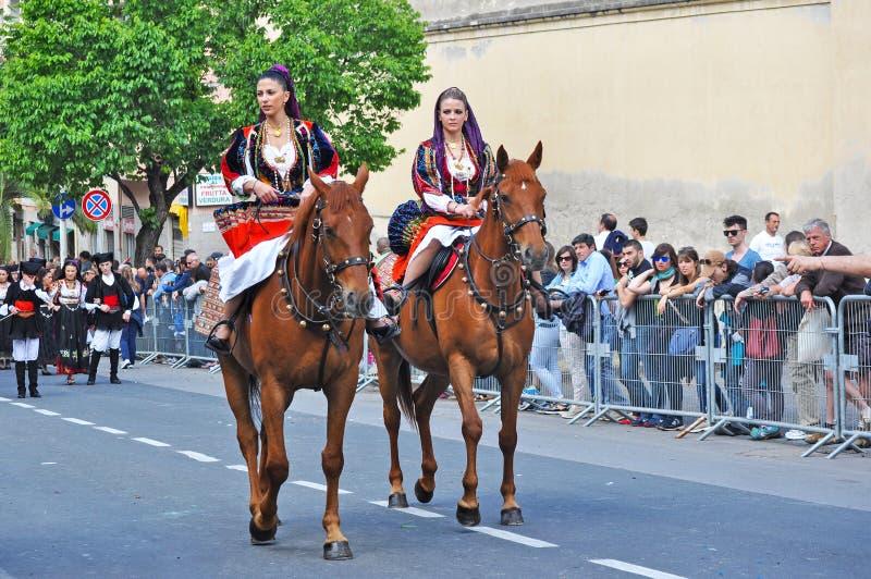 Kvinnaridninghästar royaltyfri fotografi