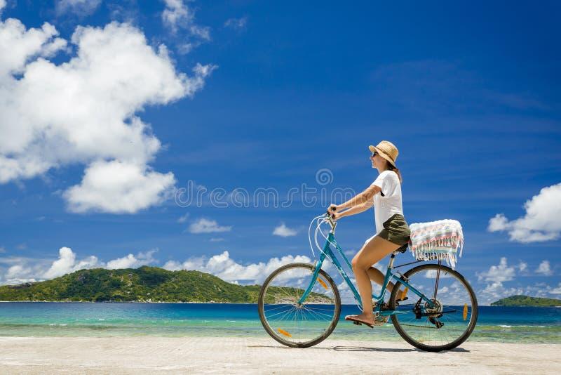 Kvinnaritt längs stranden royaltyfri fotografi