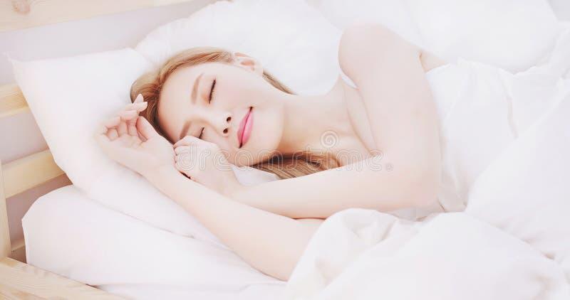 Kvinnasömn på sängen royaltyfria foton