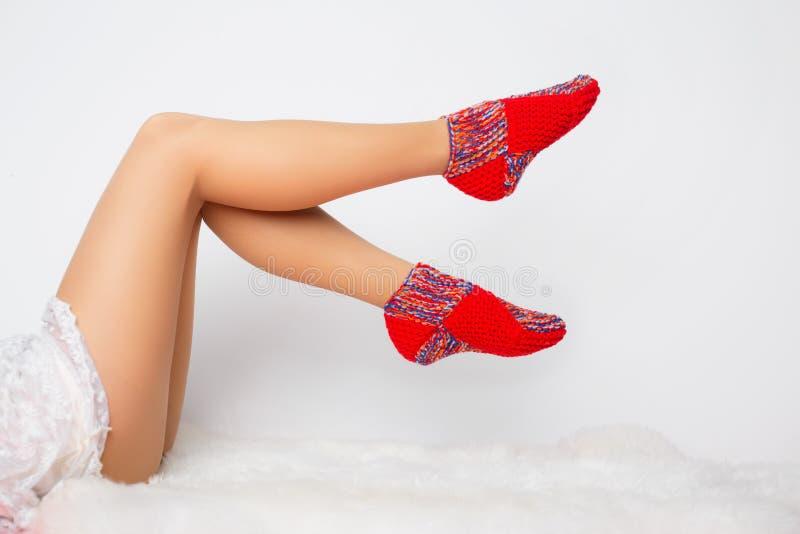 Kvinnas ben i roliga sockor royaltyfria foton