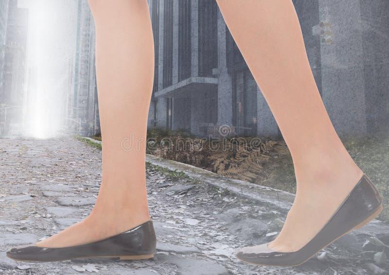 Kvinnas ben som går på banan i stad royaltyfri illustrationer