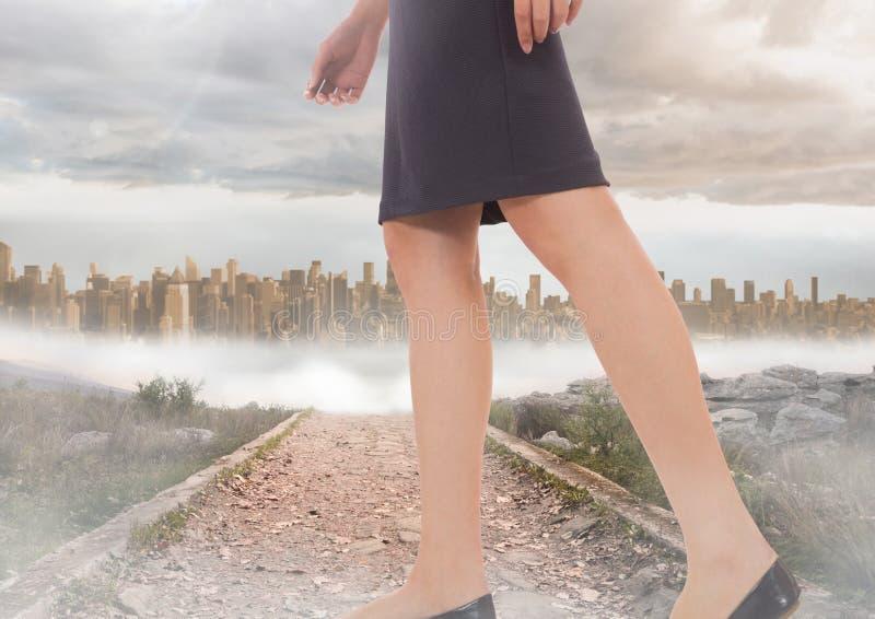 Kvinnas ben som går på banan nära stad stock illustrationer