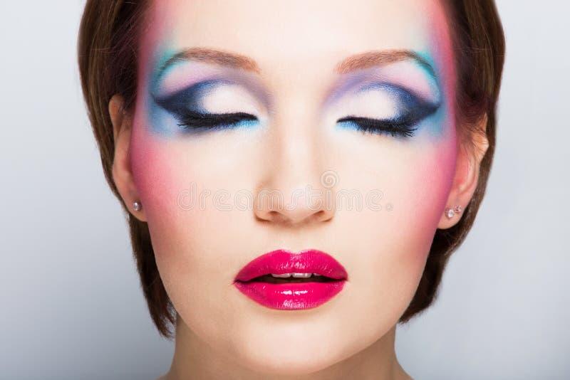 Kvinnas framsida med ljus makeup för mode. arkivbilder