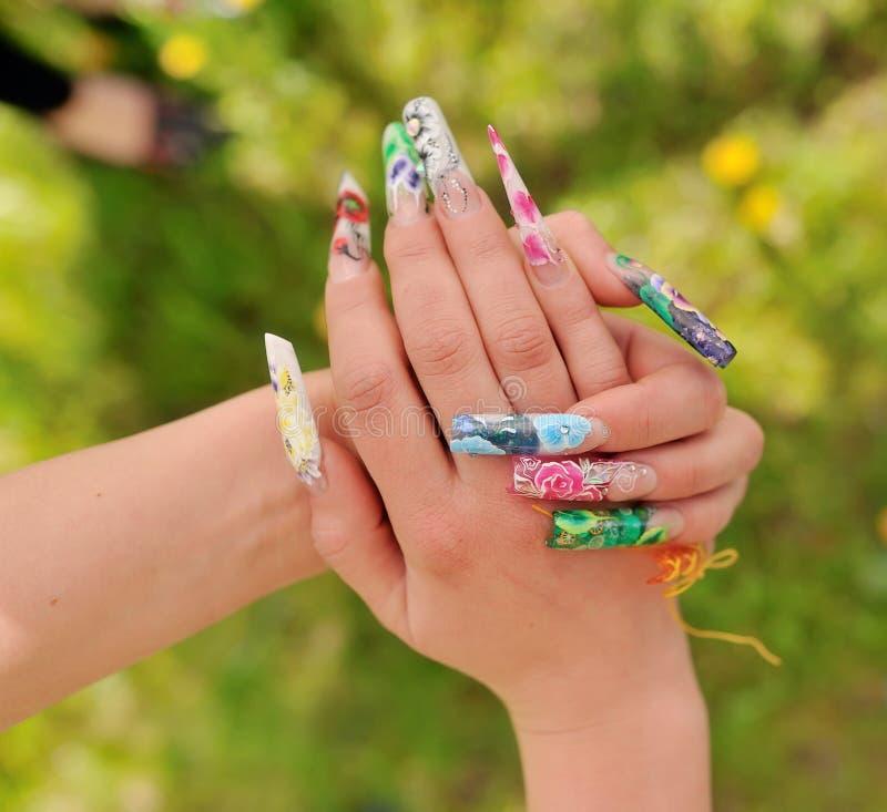 Kvinnas händer med manikyr royaltyfri fotografi