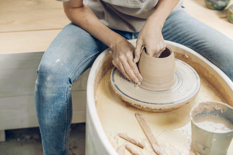 Kvinnas händer på en keramiker slut upp det croppped fotoet royaltyfria foton