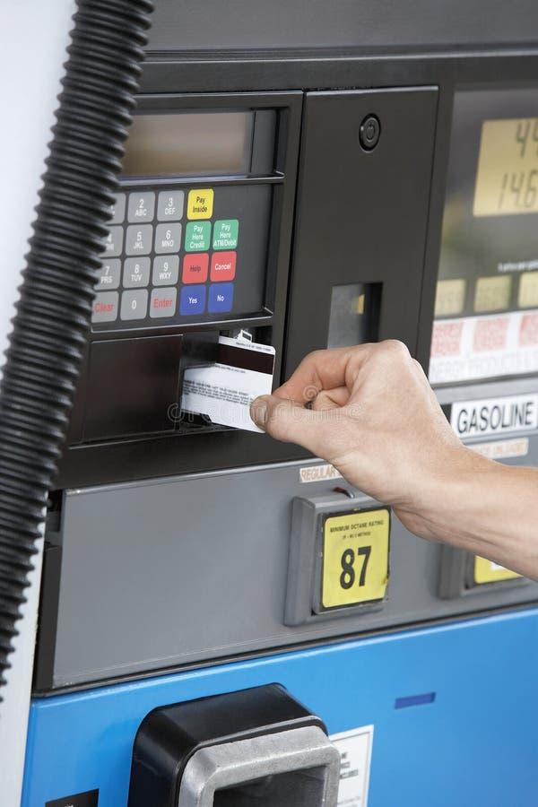 Kvinnas hand som nallar kortet på bränslestationen fotografering för bildbyråer