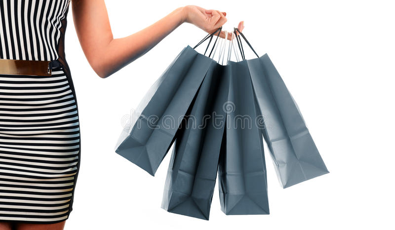 Kvinnas påsar för shopping för papper för handinnehav som isoleras på vit arkivfoto