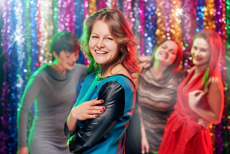 Kvinnas portait som festar i klubba arkivfoton