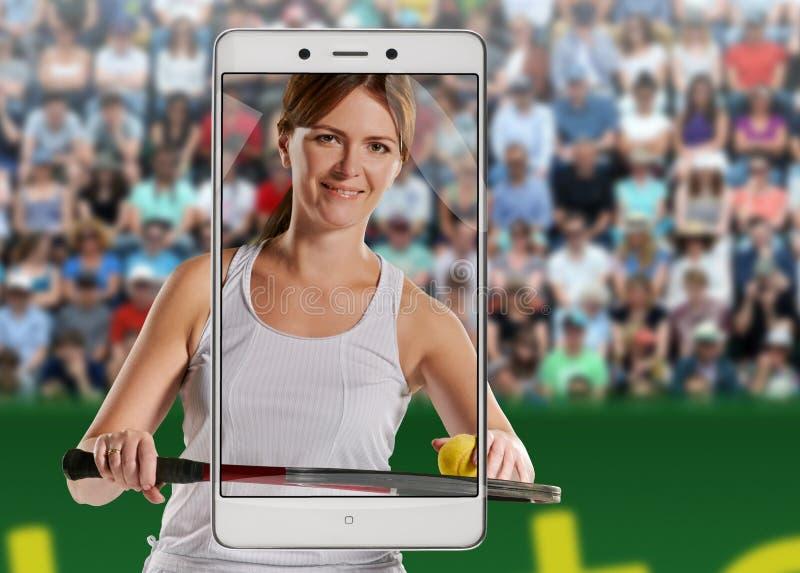 Kvinnas stående med en tennisracket och boll royaltyfri fotografi