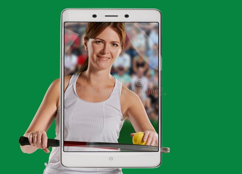 Kvinnas stående med en tennisracket och boll arkivbild