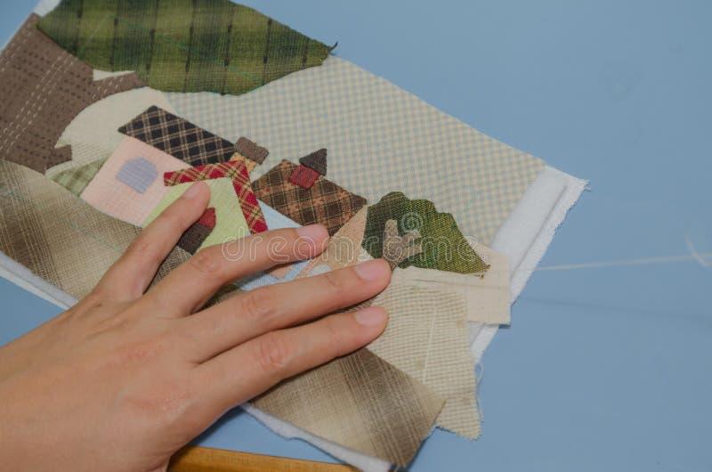 Kvinnas täcke för handsömnad royaltyfria foton