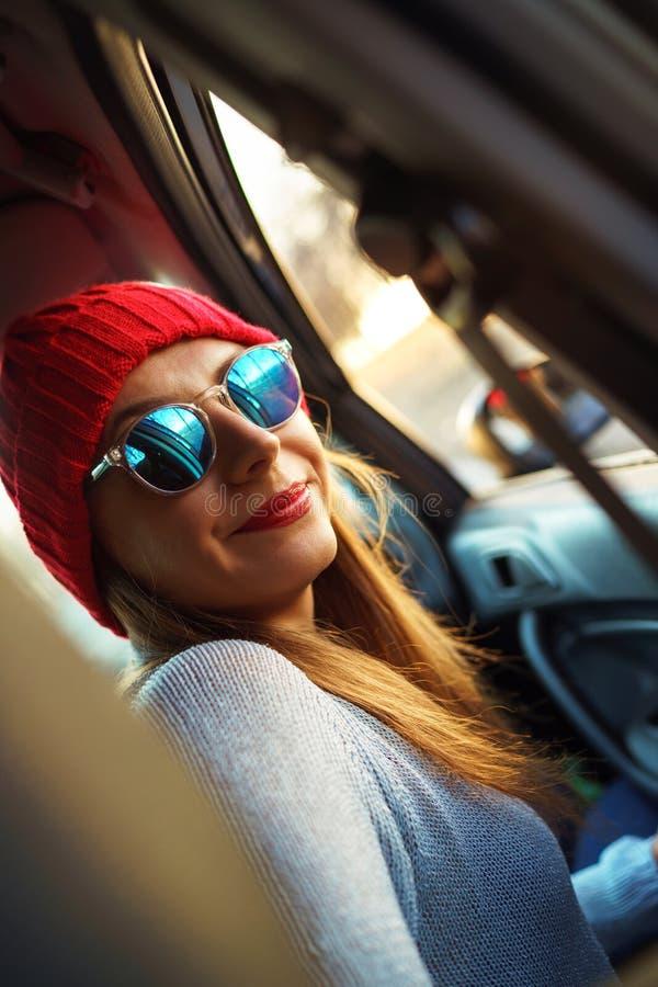 Kvinnasammanträde i bilpassagerareplats Enjoyi för tonårs- flicka för Hipster royaltyfri foto