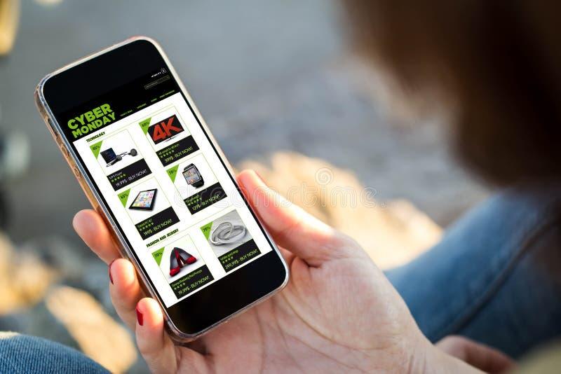 kvinnasammanträde i gatashoppingen på cyberen måndag hennes smartph arkivfoton