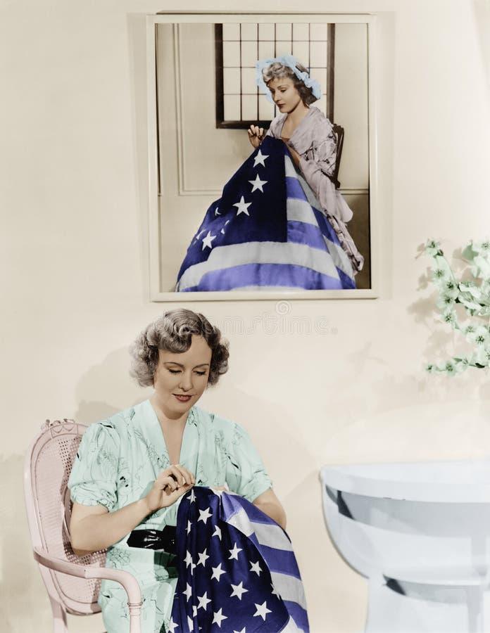 Kvinnasammanträde under ståenden av Betsy Ross som syr amerikanska flaggan (alla visade personer inte är längre uppehälle och ing arkivfoto