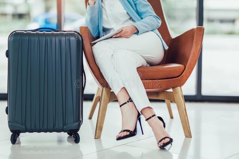 Kvinnasammantr?de i flygplats och v?nta p? hennes flyg arkivfoton