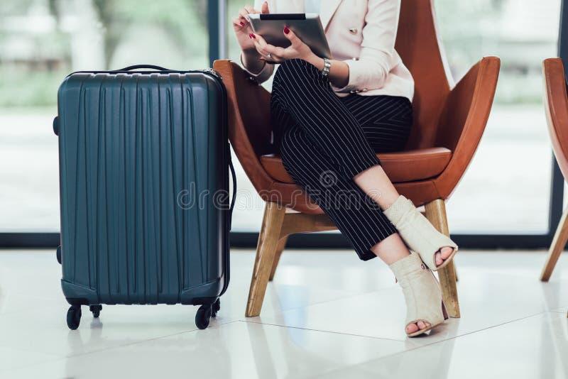 Kvinnasammantr?de i flygplats och v?nta p? hennes flyg royaltyfria foton