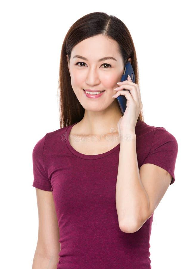 Kvinnasamtal till mobiltelefonen arkivbilder