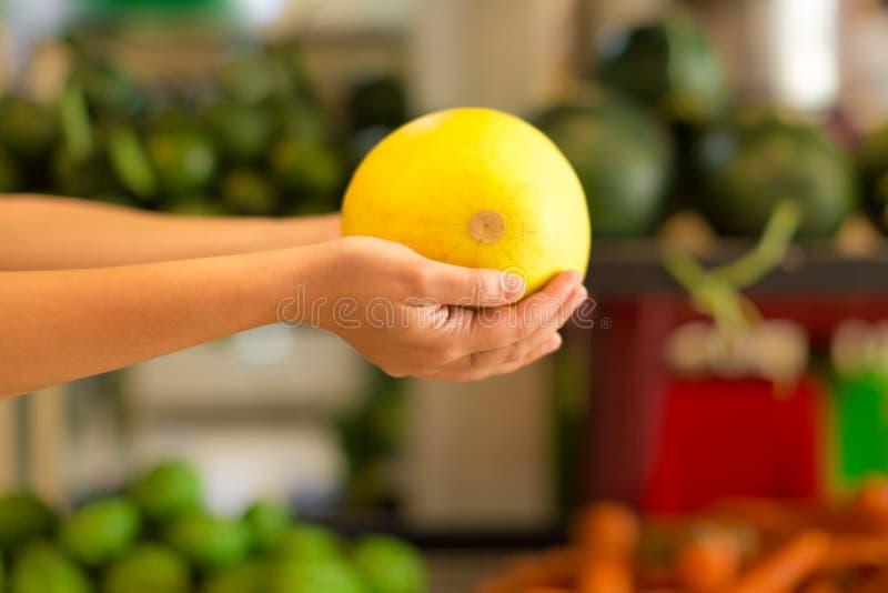 Kvinnashopping för sund frukt på en inomhus marknad shoppar royaltyfri fotografi