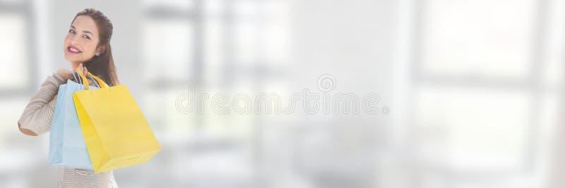 Kvinnashopping med fönster royaltyfria bilder