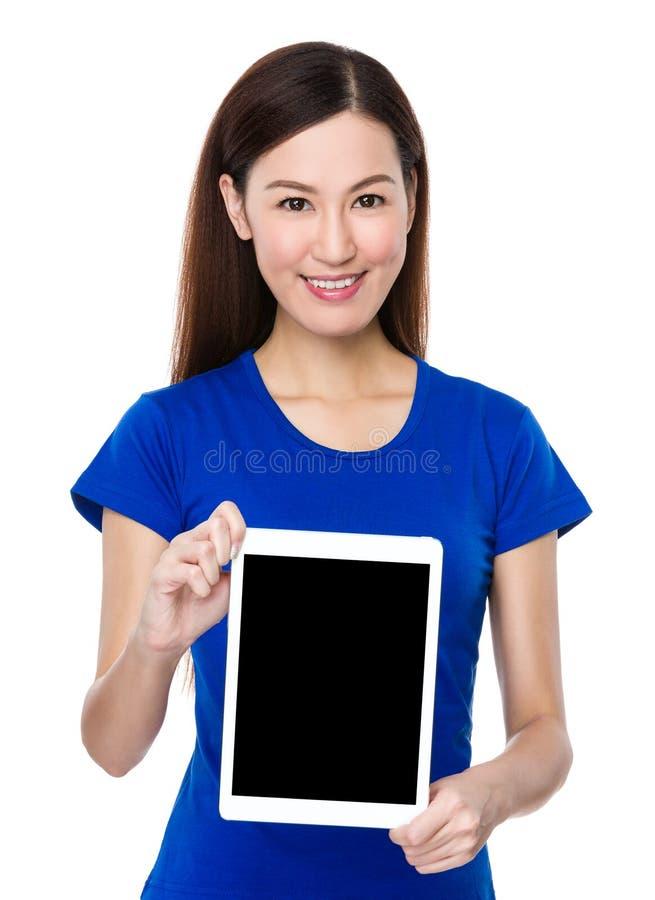 Kvinnashow med den tomma skärmen av den digitala minnestavlaPC:n arkivfoto