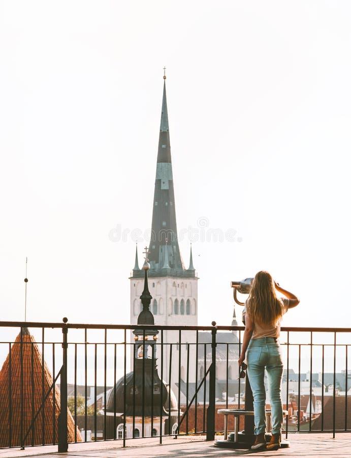 Kvinnasight i Tallinn stadsEuropa semestrar i Estland fotografering för bildbyråer