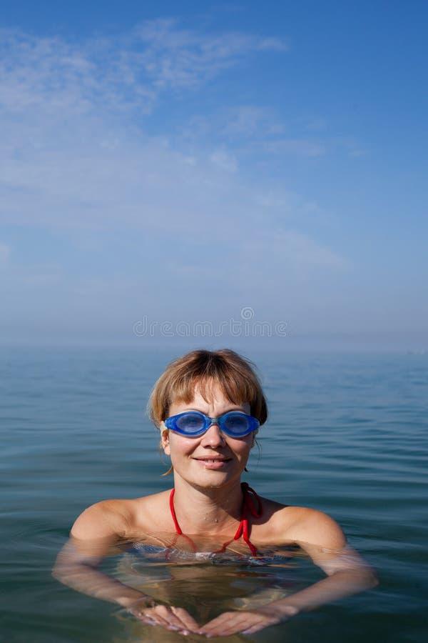 kvinnasimning i havet arkivfoto