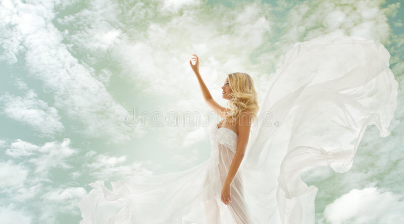Kvinnaskönhet, flicka, i att fladdra klänningen över himmel royaltyfria bilder
