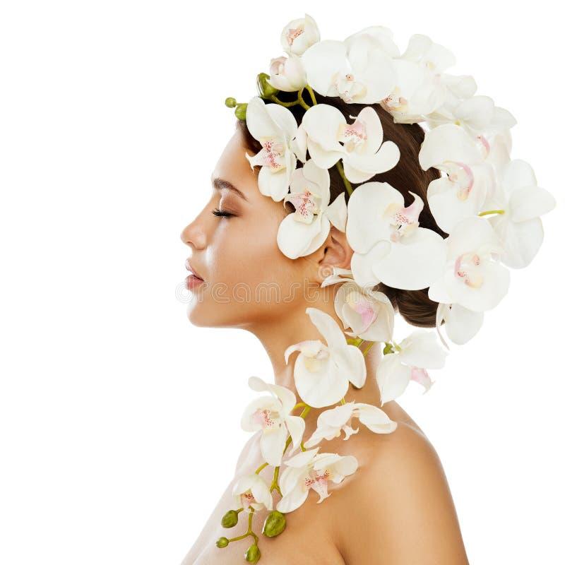 Kvinnaskönhetblommor frisyr, härlig flickastående med orkidéblomman i hår royaltyfria foton