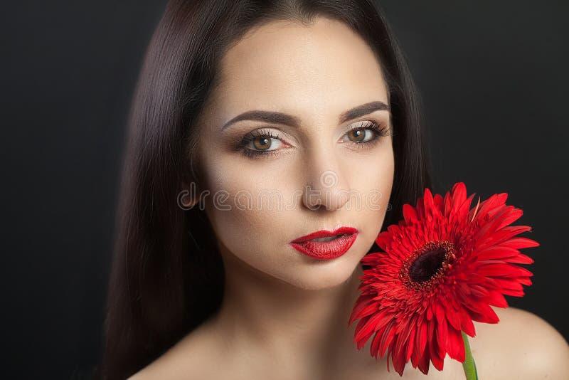 Kvinnaskönhetframsida Härlig kvinna för Closeup med skönhetframsidan som trycker på hennes mjuka hud Stående av en sexig le ung k arkivbild