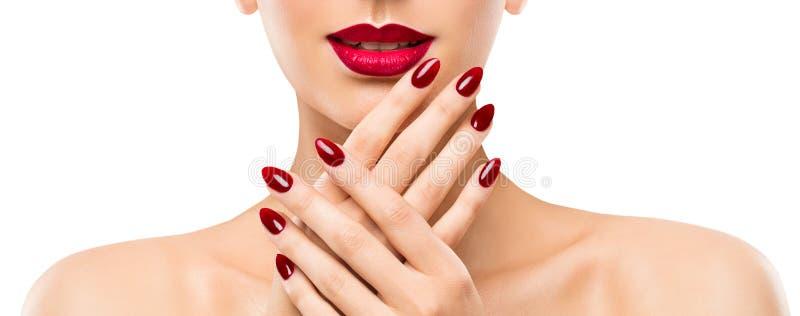 Kvinnaskönhetkanter spikar, den härliga modellen Face Lipstick Makeup, rött manikyrpolermedel arkivfoton