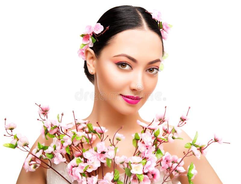 Kvinnaskönhetmakeup i Sakura Flowers, modemodell Studio Portrait, härlig flicka, Whte arkivfoton