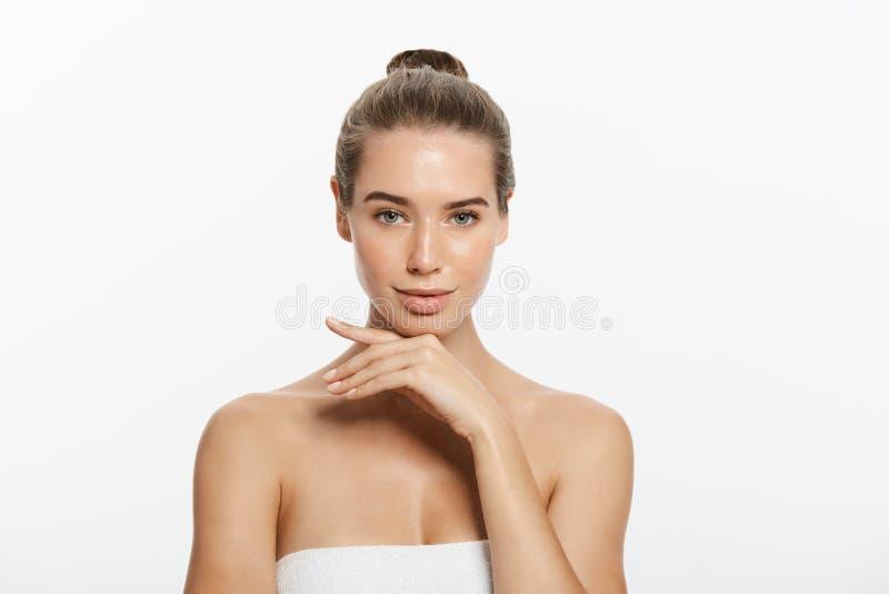 Kvinnaskönhetmakeup, naturligt framsidasmink, kropphudomsorg, härlig modell Touching Neck Chin royaltyfri bild
