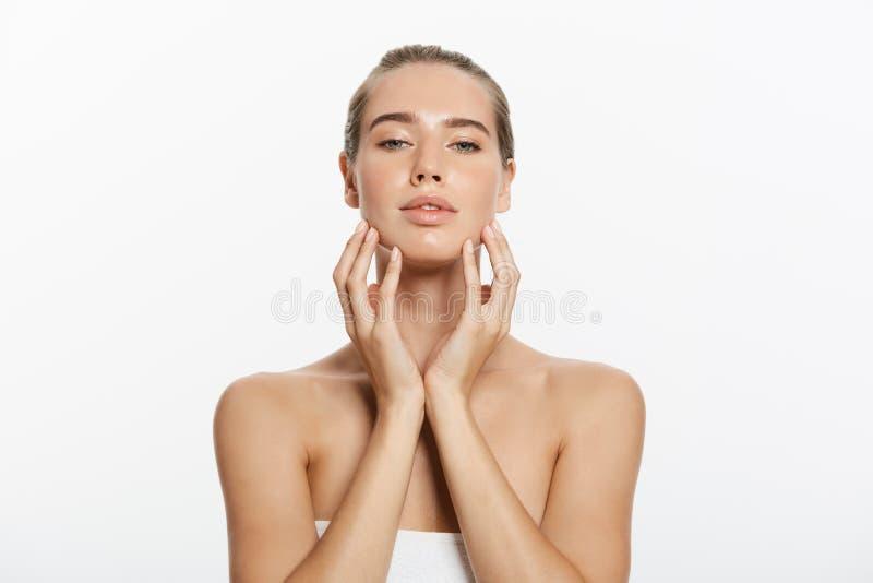 Kvinnaskönhetmakeup, naturligt framsidasmink, kropphudomsorg, härlig modell Touching Neck Chin royaltyfri foto