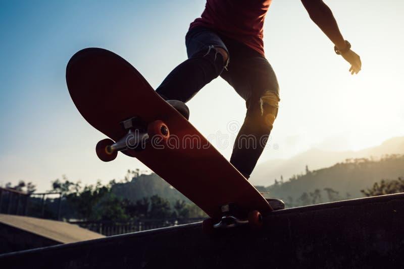 Kvinnaskateboarder på skatepark royaltyfri bild