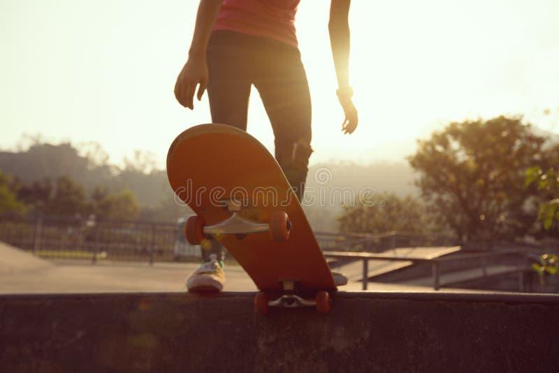 Kvinnaskateboarder på skatepark arkivfoto