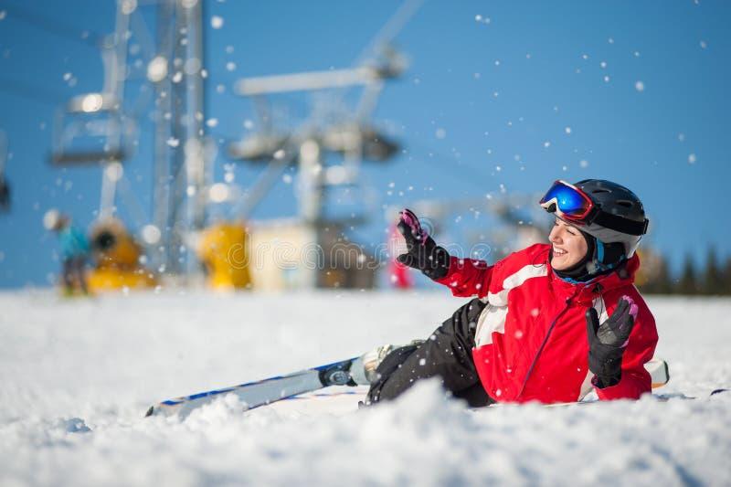 Kvinnaskidåkaren med skidar på winersemesterorten i solig dag royaltyfria bilder