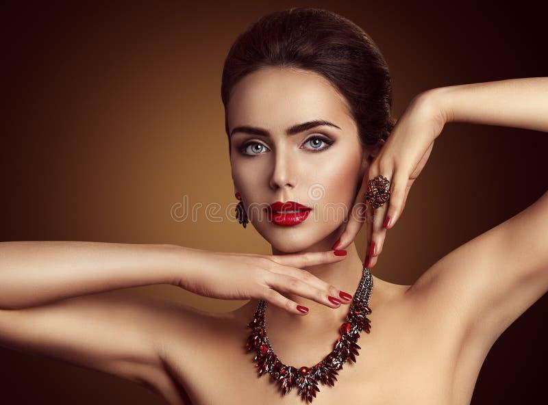 Kvinnasmycken, röd ädelstensmyckenhalsband och cirkel, modeskönhet royaltyfria bilder