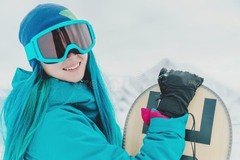 Kvinnasnowboarder i skyddande solglasögon fotografering för bildbyråer