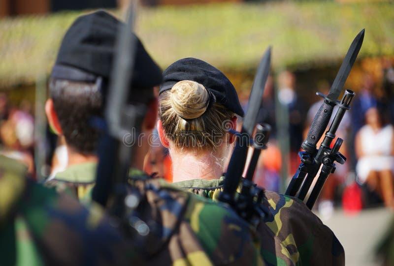 Kvinnasoldater av den italienska armén som utplaceras i baracker under en militär, ståtar royaltyfria foton