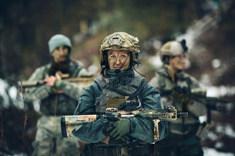 Kvinnasoldatmedlem av kommandosoldattruppen royaltyfri bild