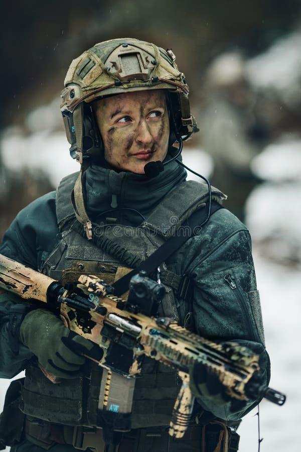 Kvinnasoldatmedlem av kommandosoldattruppen royaltyfri foto