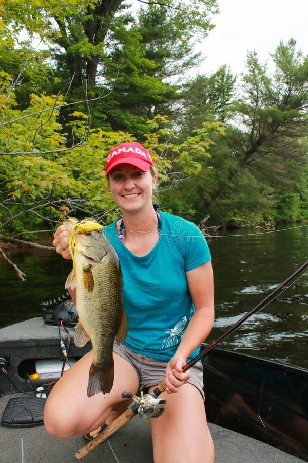 Kvinnasportfiskare Largemouth Bass Fishing royaltyfria bilder