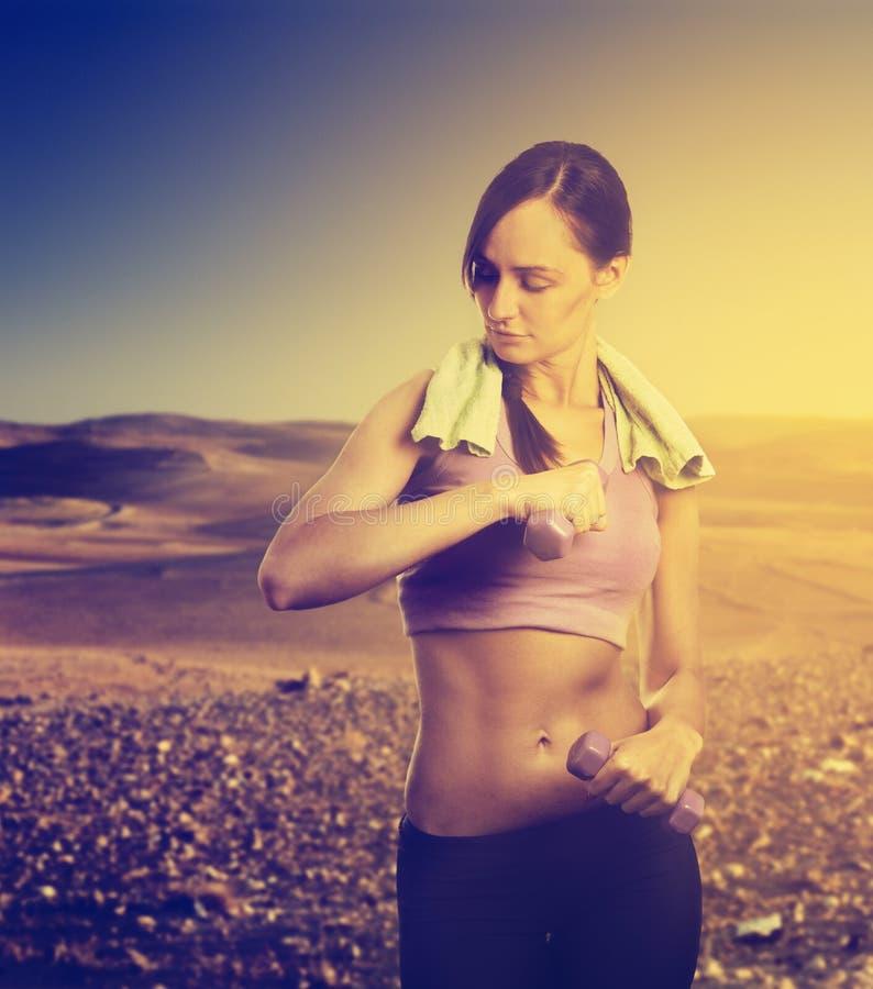 Kvinnaspring i natur arkivfoton