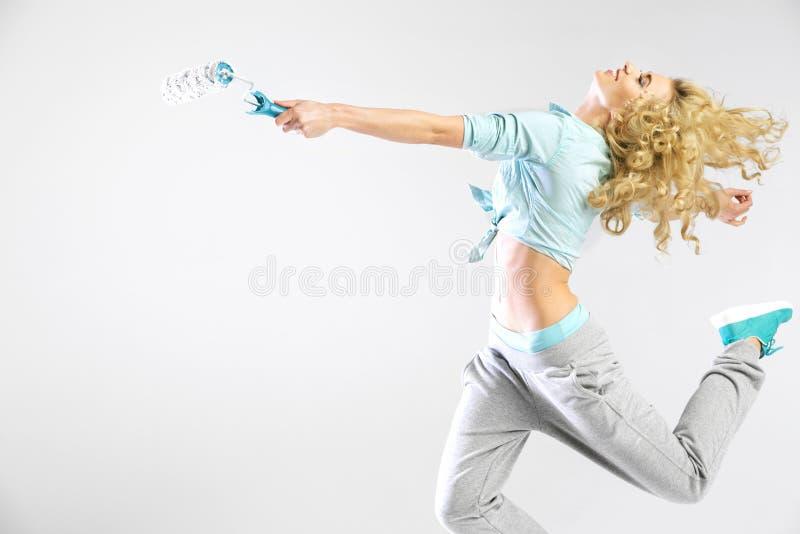Kvinnaspring med en målarfärgrulle fotografering för bildbyråer