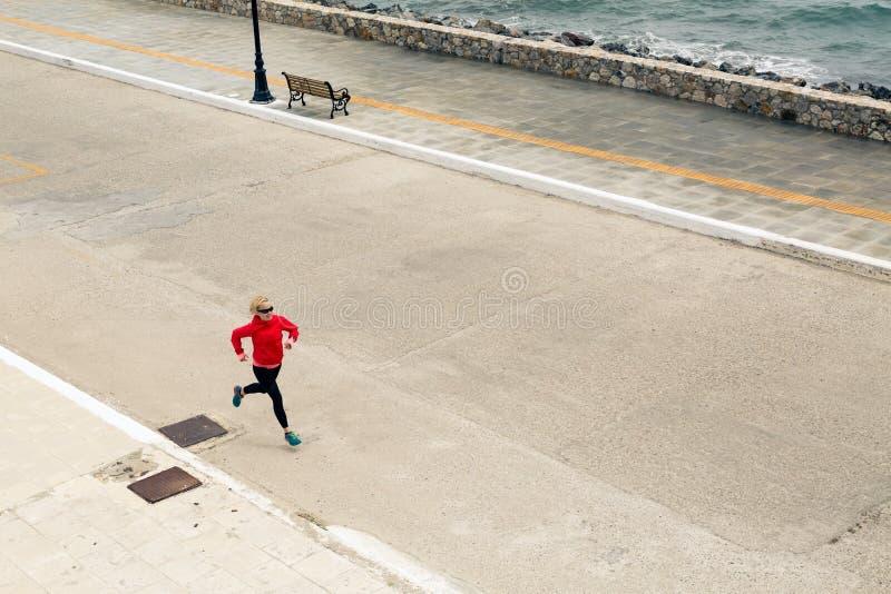 Kvinnaspring på stadsgatan på sjösidan arkivbilder
