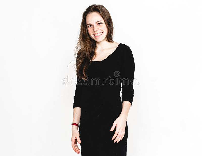 Kvinnastående i den svarta klänningstudion som poserar med långt attraktivt för hår som isoleras på vit fotografering för bildbyråer
