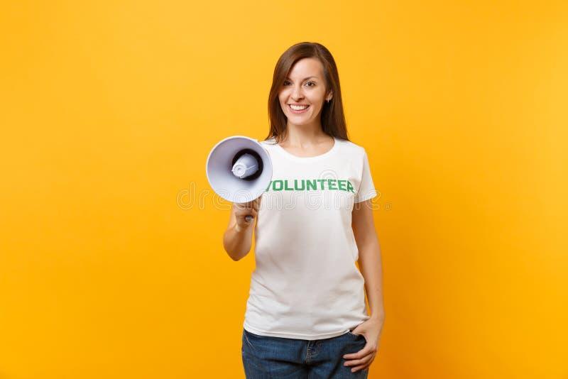 Kvinnastående i megafonen för adress för skri för volontär för titel för vit t-skjorta den skriftliga inskriftgräsplan som offent royaltyfri foto