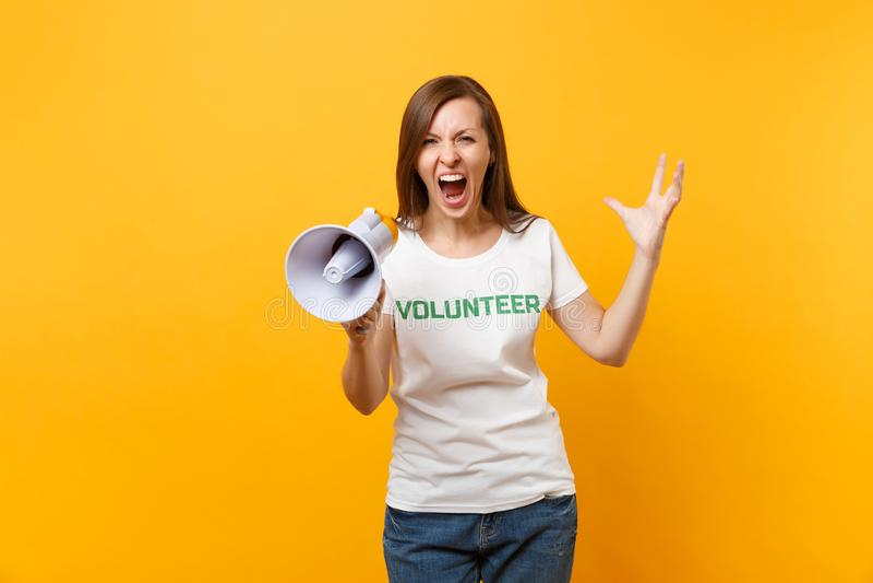 Kvinnastående i megafonen för adress för skri för volontär för titel för vit t-skjorta den skriftliga inskriftgräsplan som offent royaltyfri bild